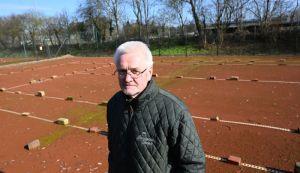 Wie geht es weiter mit den Tennisplätzen? TSV-Vorsitzender Wolfgang Pein hofft darauf, dass neues Leben in die verwaiste Anlage kommt. (FOTOS. JASPERSEN)
